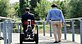 كرسي متحرك بخصائص مبتكرة لتحسين حياة المقعدين