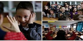 معلمة تعلم طلابها لغة الاشارة من اجل زميلهم الاصم
