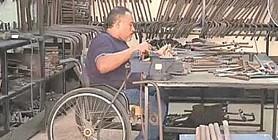 معاقون فى خدمة أنفسهم.. مصنع ينتج أطرافًا صناعية للفقراء