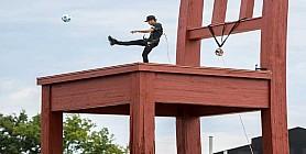 """نيمار يركل الكرة من فوق نصب """"الكرسي المكسور"""" التذكارى في سويسرا ويعين سفيرًا للنوايا الحسنة"""