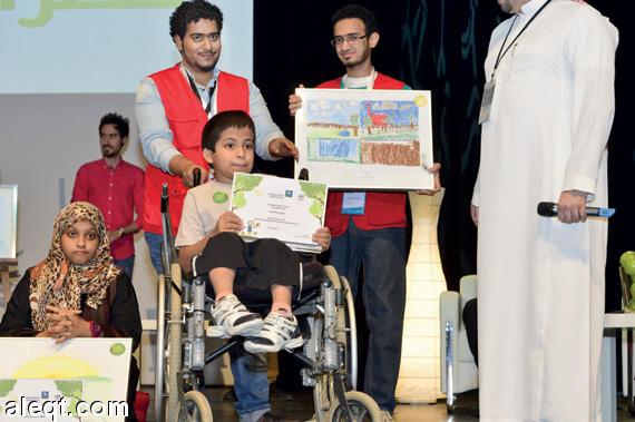 طفل يقهر الإعاقة ويتحدى 10 آلاف لوحة برسمة بيئية